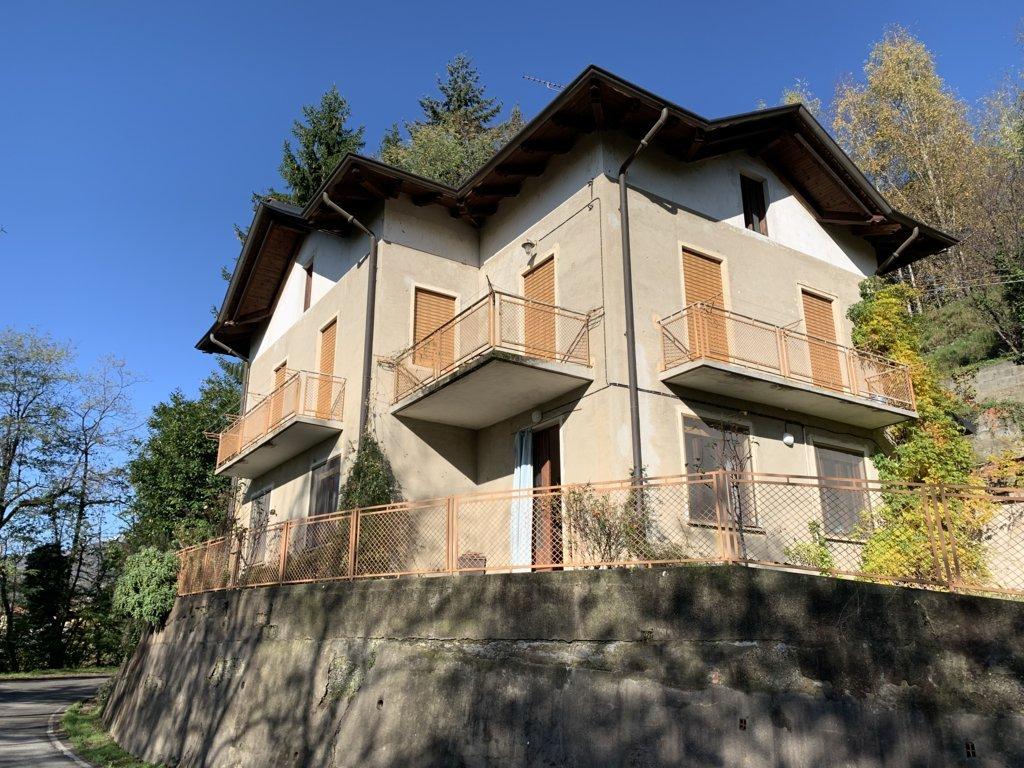 Villa bifamiliare con box auto e giardino